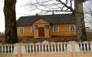 Здание ФАПа с верандой и сенями, сарай
