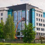 Яркая пятиэтажка на Магистральной в Гродно почти готова. Что там будет?